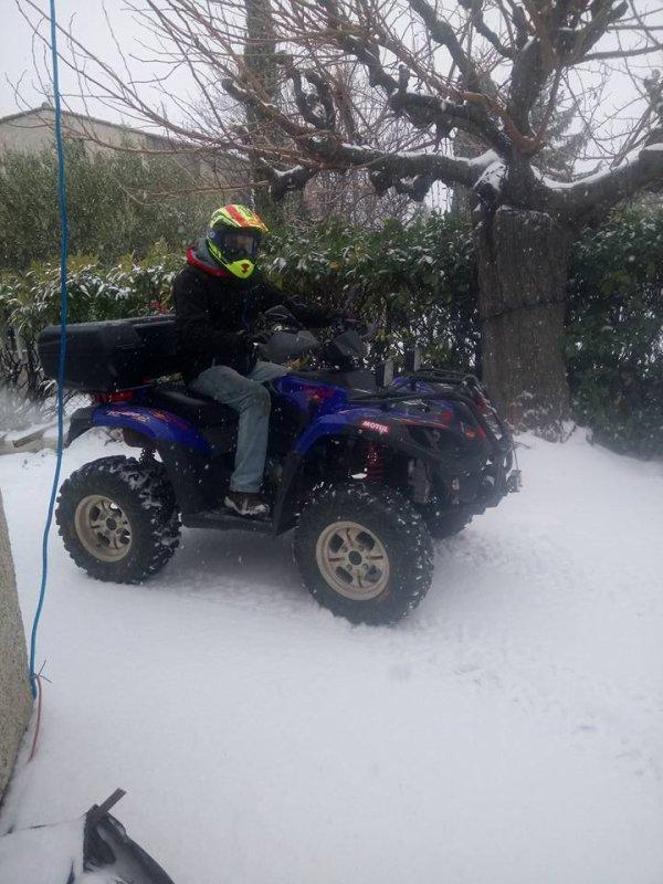 Petit dépannage en quad pour sortir les voiture bloqué par la neige