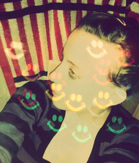 je suis une nana qui sourie , qui aime la vie tel qu'elle est mais ne me cherche pas car jai du caractère