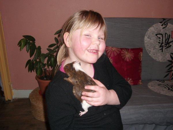 ma mimi avec le cochon d inde lol