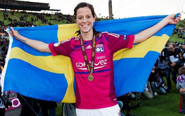 lotta schelin avec le drapeau suedois et la medaille de championnes d'europe