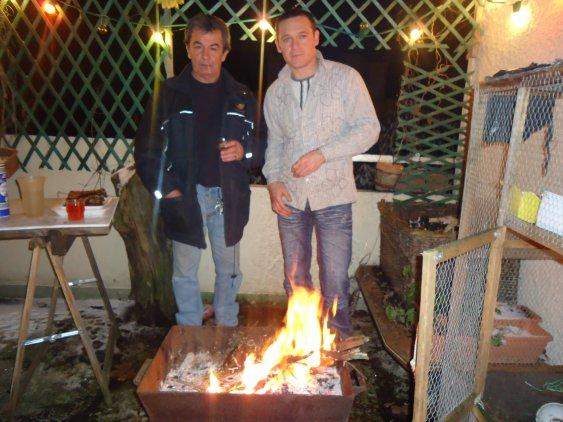 moi et le blond; on est bien autour d'un feu !! rien de tel qu'une bonne grillade !!