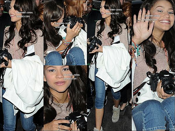 """. 17 Mai 2012 : Zen avec Bella ont visité Disney Store à Oxford, Londres pour la promotion """"Shake It Up!"""" ."""