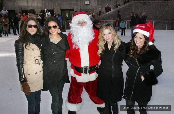 04/12/11 Nos Quatres Petites Menteuse au Rockefeller Center Pour le 2011 ABC Family 25 Days of Christmas Winter Wonderland