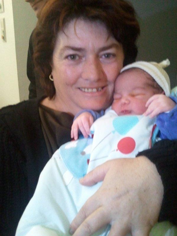 le bebe a christine ma niece il vient de netre il s apelle juan antonio pese 3 kl 230 et 48 cm