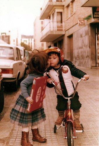 """Un petit garçon à une petite fille : """" - Je t'aime. - Comme les grands ? - Non, moi c'est pour de vrai."""""""