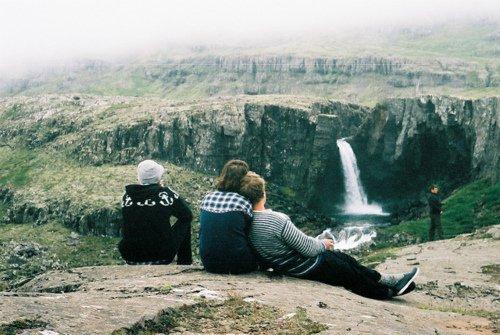 Les meilleurs souvenirs sont ceux qu'on essaye d'expliquer si fort, mais qu'on finit par se dire qu'au fond, il fallait seulement être là pour comprendre et c'est vrai. Parce qu'en réalité, personne ne peut vraiment nous comprendre. Personne ne peut ressentir ce qu'on ressent, parce qu'on ne voit pas la vie à travers les yeux des autres.