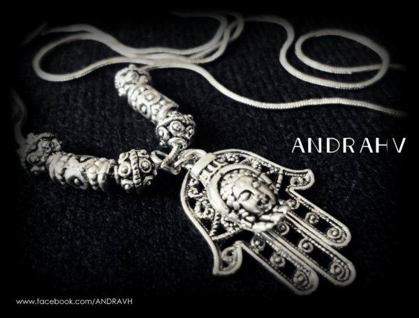 Andrea y Ghis González-Villablanca, las hermanas responsables del exitoso debut de talismanes ANDRAHV