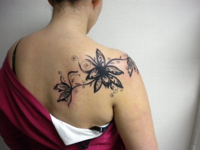 Tatouage Femme Epaule Fleur Kolorisse Developpement