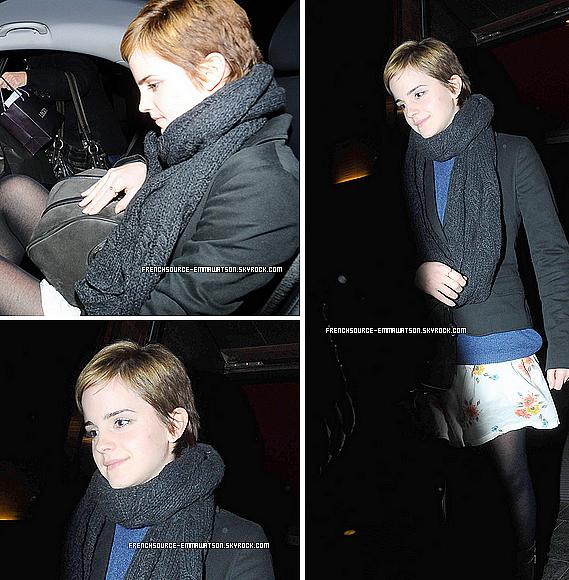 """Et nous nous retrouvons avec Emma, qui se jeudi 23 décembre était dans les rue de Londres accompagnée d'une femme inconnue.Certainement que les deux femmes faisaient les derniers préparatifs pour Noël..Plus, Emma nous parle de Noël: """"Nous avons un feu de bois dans mon salon qui me met vraiment dans l'esprit de Noël,"""" dit la star de """"Harry Potter"""" Emma Watson lors de notre conversation à Londres. """"Et nous avons des mince-pies. C'est quelque chose de très anglais. Si vous n'avez jamais essayé, les mince-pies sont absolument délicieuses. Vous devez avoir une mince-pie."""" Emma ajoute: """"Nous regardons toujours de très bons films de Noël de Richard Curtis comme 'Love Actually,' 'Le Journal de Bridget Jones' et 'Coup de foudre à Notting Hill' ou des vieux drames de BBC comme 'Orgueil et Préjugés.' J'écoute toujours l'album de Noël de Frank Sinatra et Bing Crosby qui est génial ... Je me blottis avec mes chats. Je suis une personne à chats.""""  Emma respecte ces traditions dans son propre chez-elle à Londres qu'elle a paint en blanc. """"Ma vie est tellement chaotique et infernale, donc tout dans mon appartement est blanc,"""" explique t-elle. Après les vacances, elle retourne étudier à Brown et dans son dortoir où """"tout est bleu avec d'autres couleurs calmes."""""""