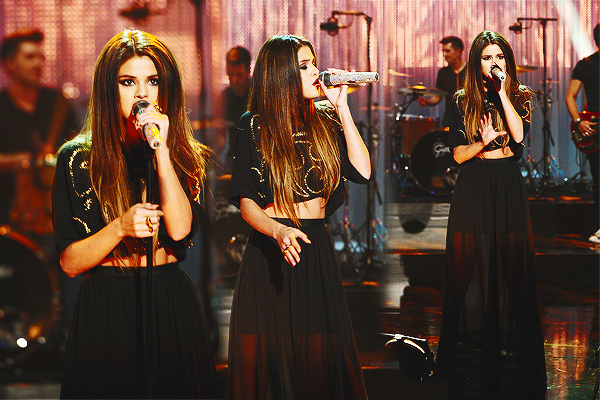 "24.05.2013 | Selena chante ""Come And Get It"" au The Graham Norton Show, à Londres."