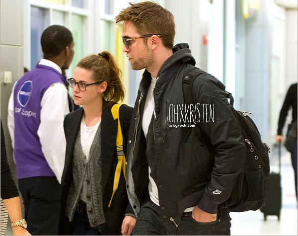 November 23 2012  - Kristen et Robert ce sont rendus à l'aéroport de New York City.
