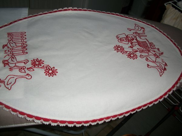 napperon traditionnel en broderie rouge