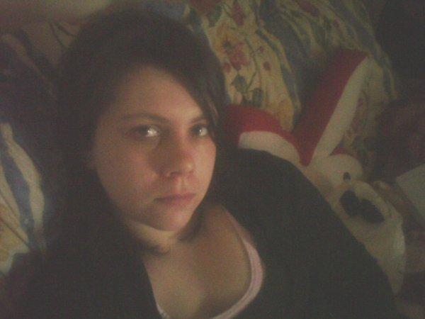 moi en mode posé dans mon canapé