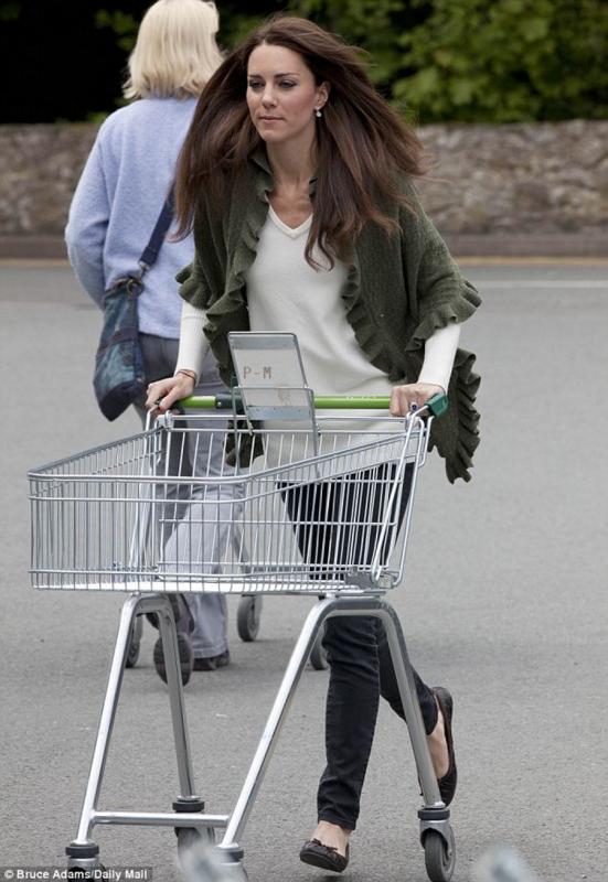 . ~ La duchesse de Cambridge pousse son chariot  .