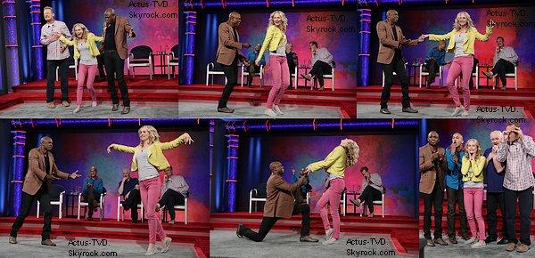 """Le 16 juillet, Candice Accola a joué les guests dans un épisode de la nouvelle émission estival de la CW """"Whose Line Is it Anyway?"""". Les photos ont été publiées, des photos où elle improvise à merveille car toutes les scènes sont des suggestions du public. Elle a l'air de bien s'amuser et sa tenue est très belle."""