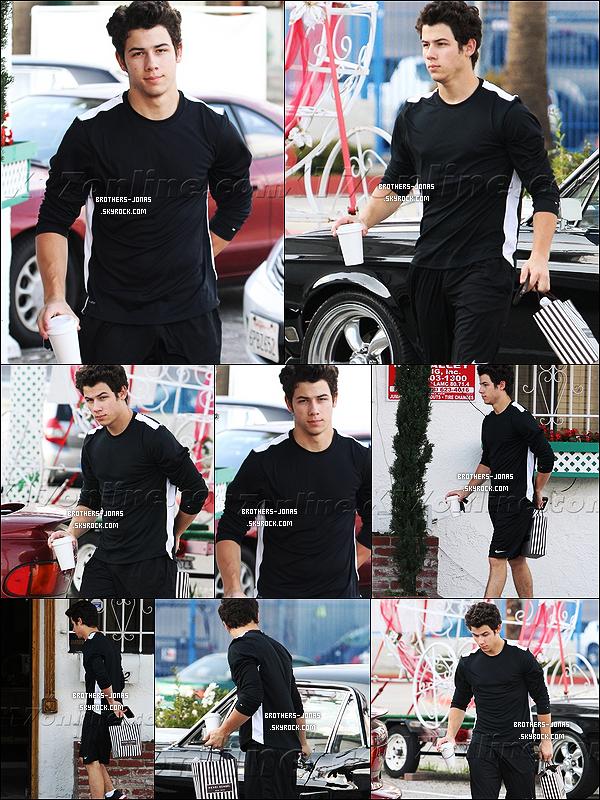 19/12/2011 : très endormi , le matin , Nick Jonas a été vu  faisant des emplettes de dernières minutes, Los Angeles. (CA)
