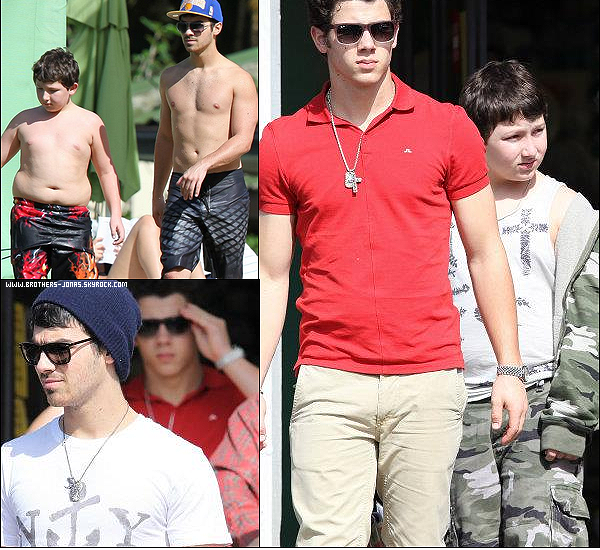 23/12/2011 :  Nos Jonas Brothers , sont en vacances a hawaii pour Noel , ou ils passent du temps en famille.