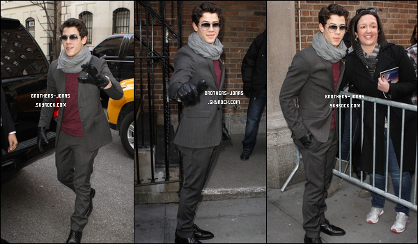 25 Janvier :   Nick posant avec des fans alors qu'il arrivant au Hirshfeld Theatre à NC. + à l'after party au Glass House Tavern.