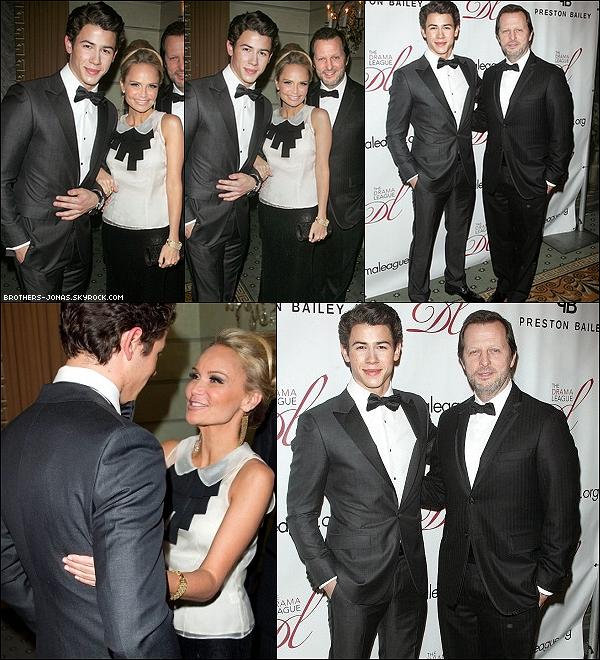 """06 Février 2012  : Nick Jonas , très charmant , était présent au """"Drama League Gala"""" à New York city."""