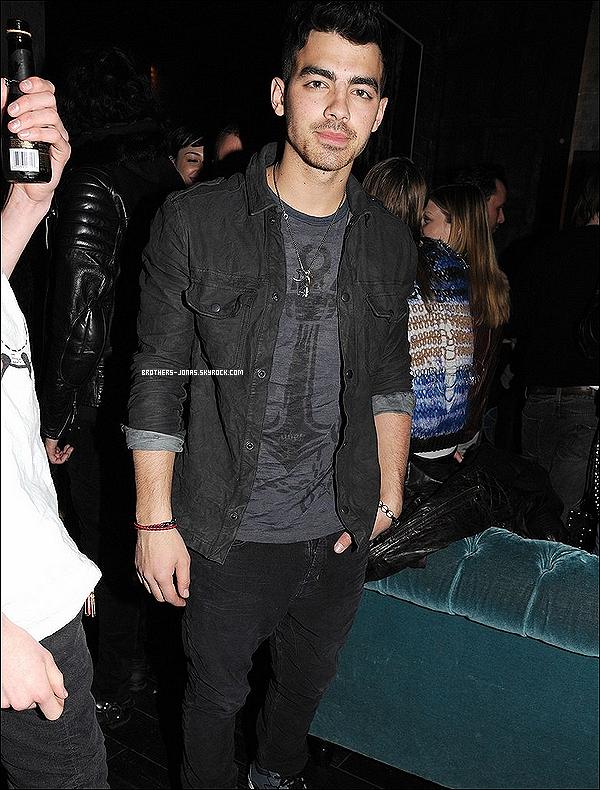 12/02/2012 : Joe Jonas accompagné de quelques célébrités était présent  à la Fashion Week de New York.