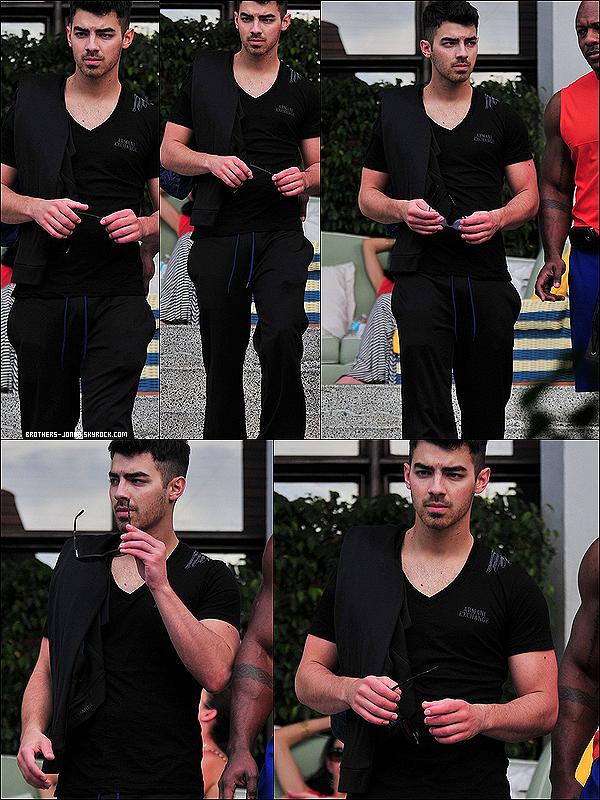 18/02/2012 :   Joe Jonas prend des vacances. il a été vu a son hôtel , avec des amis à Miami.