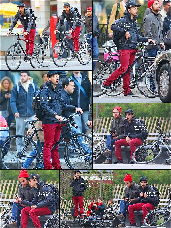 11/04/2012  : Joe Jonas ou le Mec qui aime faire du Vélo , a été vu avec  Jack Lawless  faisant une balade à vélo.