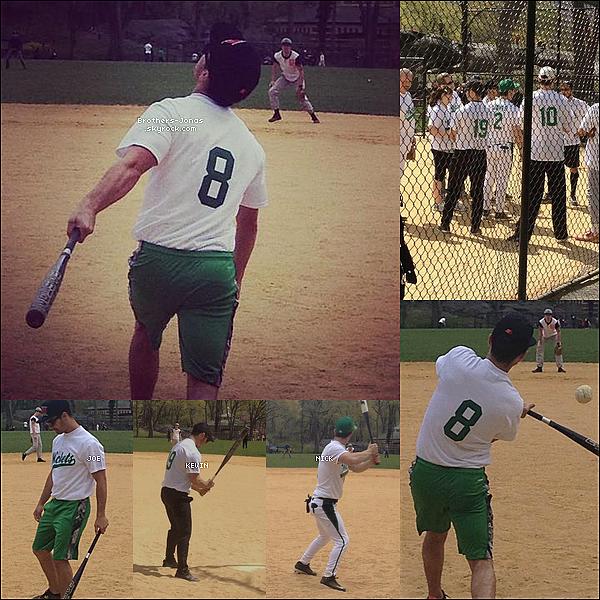 12/04/2012  : Les frères Jonas se sont retrouvés pour disputer un match de softball à Central Park.