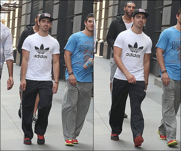 16-17/05/2012  : Joe Jonas et ses amis ont été vu dans les rues de New York City.
