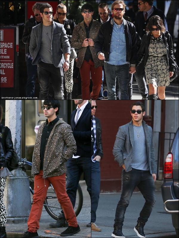 11 Octobre 2012 : Joe et Nick jonas ont été vu se promenant avec des amis dans les rues de new york.