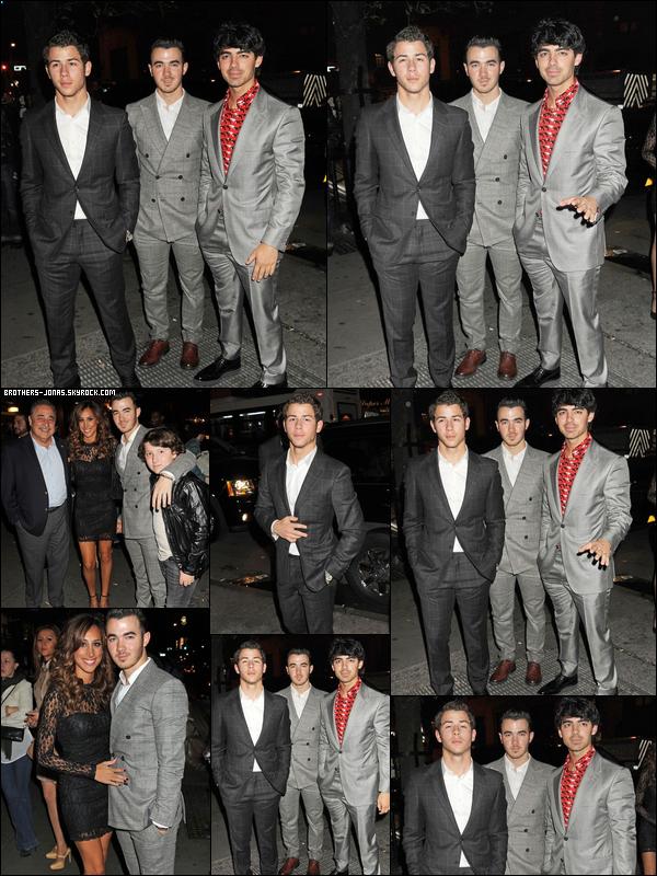 """11.10.2012 :  Les Jonas et leur famille ont été vu allant à un restaurant pour fêter leur retour.      Joe avait tweeter après le concert : """"Ce soir, c'était  l""""une de mes meilleures nuits!  j'étais ému de voir tous les fans qui attendent notre retour Je vous aime tous! # JBisback """"     Puis Kevin avait dit à MTV """" """"On se sent vraiment bien. Cela a été long à venir. Nous avons tous fait des trucs individuellement et nos propres voyages, mais maintenant nous revenons ensemble, et le [Radio City] montrent un peu le coup d'envoi à cela. """""""