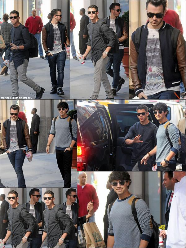16 Octobre 2012 : Le trio, Joe, Kevin et NiIck Jonas ont été vu quittant leur hotel dans New York.