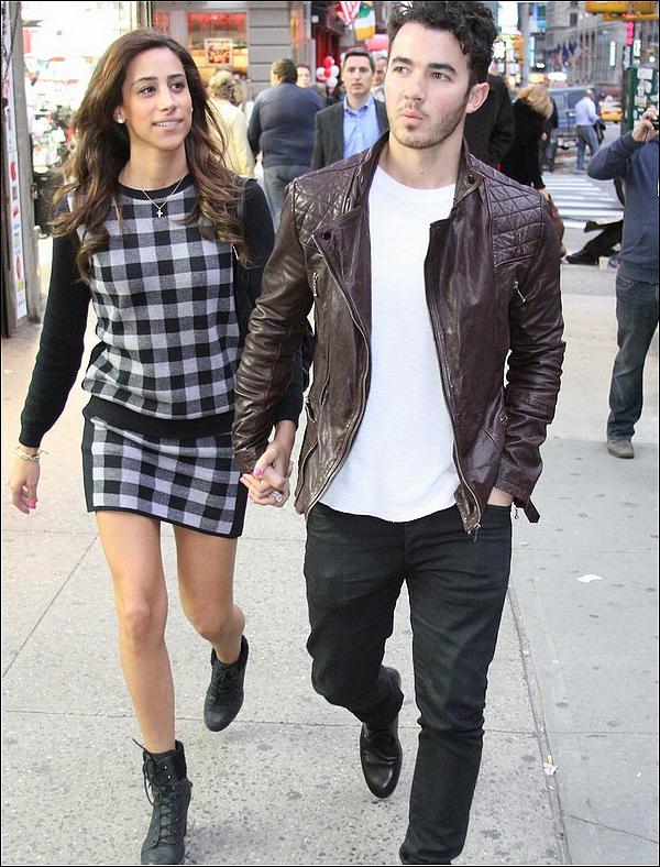 12/04/2013 : Joe et sa petite amie Blanda étaient au 2013 Coachella Music Festival à Indio en californie.