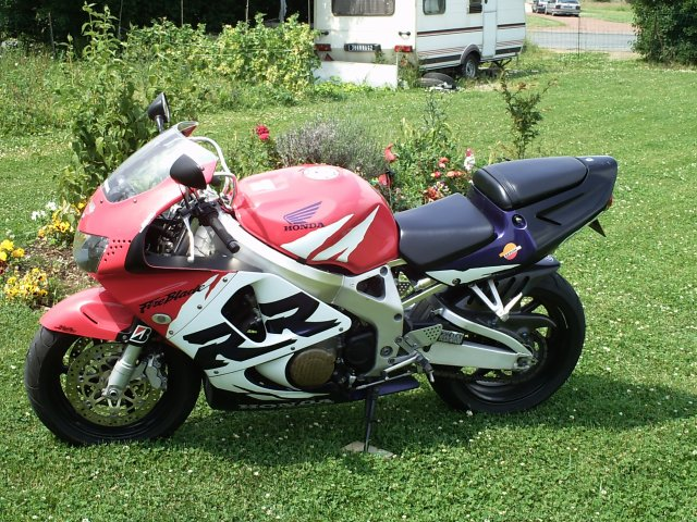 Slt dans la vie j'ai une passion la moto