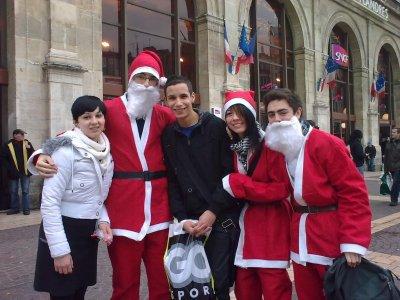 Moi Bouder et les Papa noël de gare Lille Flandres.