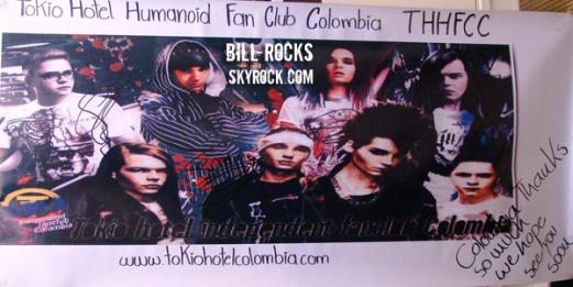 Autographes de TH sur la bannière du fan club colombien
