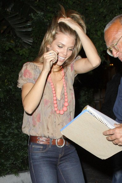 AnnaLynne McCord quitte l'Hôtel Sunset Tower à los Angeles, le 20 juillet 2011.