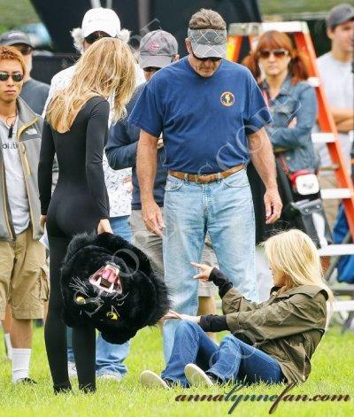 """AnnaLynne McCord a joué les sportives sexy sur le plateau de """" 90210 """", le 26 juillet 2011."""