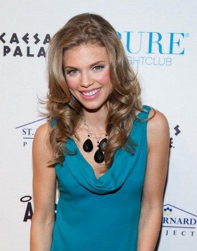AnnaLynne McCord et Dominique Purcell filent  toujours le parfait amour à Las Vegas, le 1 octobre 2011.