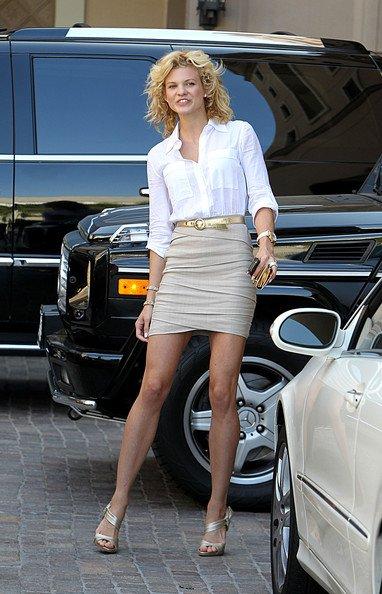 Angel McCord, la soeur de la sulfureuse AnnaLynne, était juste sublime en beige, le 7 juin 2010.