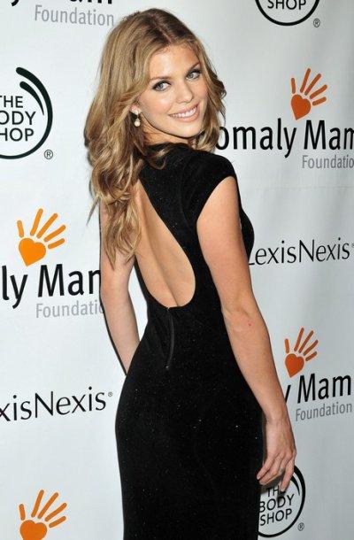Annalynne McCord était explosive dans une longue robe noire à New York, le 20 octobre 2011 !