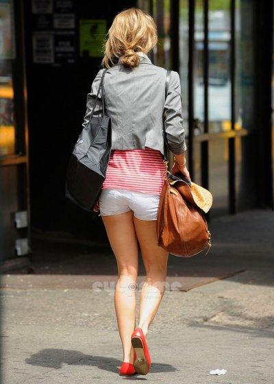 """AnnaLynne McCord, la star de """" 90210 """", est sexy et coquine en short : photos de 2008 à 2011 !"""