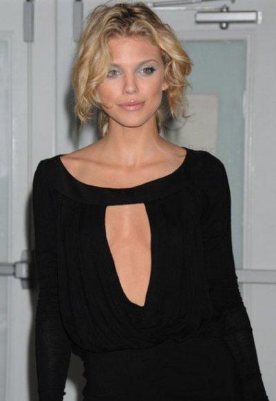 AnnaLynne McCord affiche généreusement ses mignons petitis seins, ses belles cuisses et ses superbes longues jambes une pure beauté !