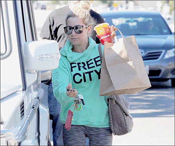 08/10/2011 ▬__ Ashley, quitte « Studio Café » à LA. Top , Ou Flop ?