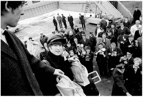 """Le debut de la Beatlemania commence en 1963, les Beatles ont sorti leur album """"Please please me"""" et leur popularitée grimpe en flêche en Grande Bretagne, ensuite aux Etats-unis pour envahir le monde entier.. Leur premier single était """"Love Me Do"""" je vous laisse le redécouvrir ce n'est que du bonheur pour les oreilles.. !"""