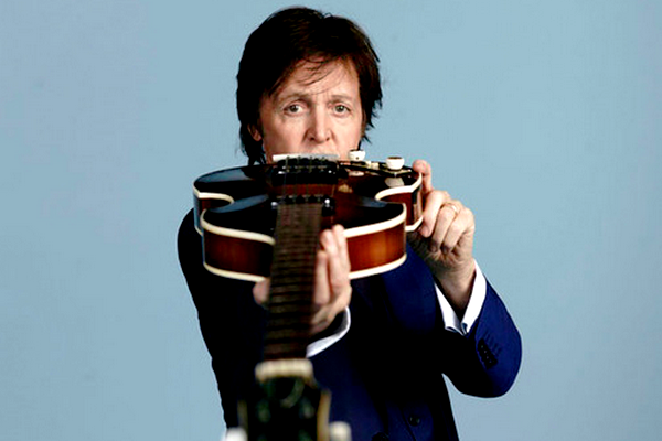 """Comme vous le savez certainement l'album """"New"""" de Paul vient tout juste de sortir.. et le premier clip extrait de cette album splendide est """"Queenie Eye"""" et pour ce clip Paul a fait appels a pas mal de stars et vous pourrez reconnaître le studio dans lequelle ils se trouvent puisqu'il sagit d'un lieux magique ou les Beatles ont enregistrer leurs albums, le studio d'Abbey Road.. je vous laisse voir de vous même ♥."""