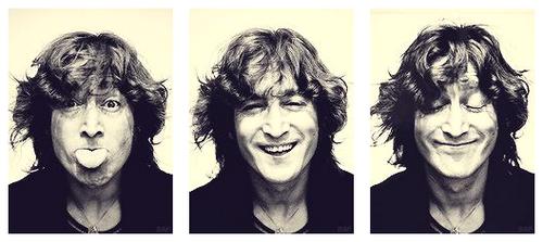 Aujourd'hui est un jour particulièrement triste pour les fans des Beatles et John Lennon, nous somme le 8 décembre et il y a 33 ans exactement un fou a tué John Lennon.. ! Un bien triste anniversaire, mais cette journée sera aussi necessaire pour rappelée a tous que John Lennon est une légende de la musique nous ne l'oublierons jamais.. !  John les anges ne sont pas fait pour être eternellement sur terre leurs places est dans les étoiles, mais jamais je ne te remercierais assez pour avoir quand même essayée.. ! Repose en Paix ♥