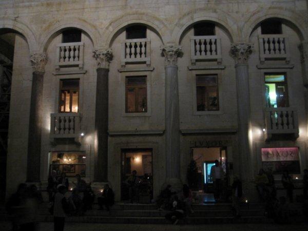 ambiance animée dans la ville de Split le soir