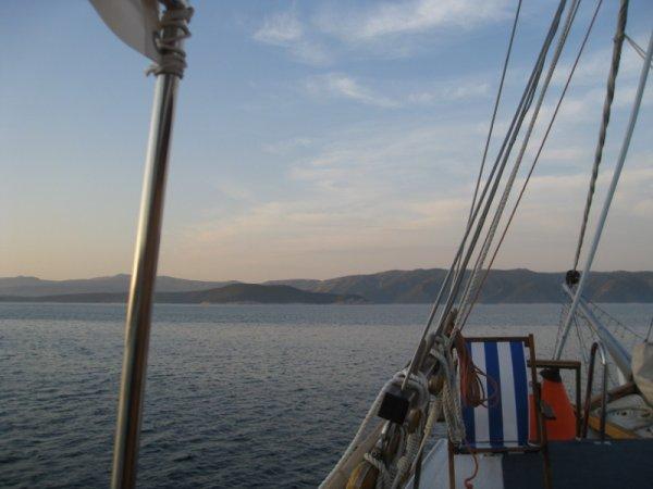 On repart parfois à l'aube, bercés doucement dans nos couchettes par le bateau qui avance vers d'autres rivages