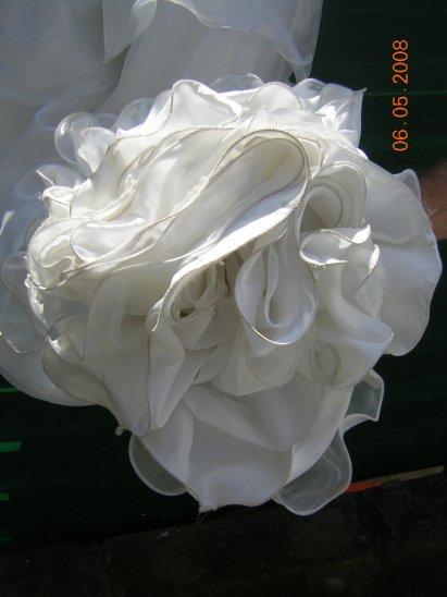 Vends Robe fille d'honneur 12 ans+ Gant , Gros noeuds derrière la robe ( acheté en magasin de robe de marié a Valenciennes) ( A était porté qu'une fois , un peu salle en bas de la robe)