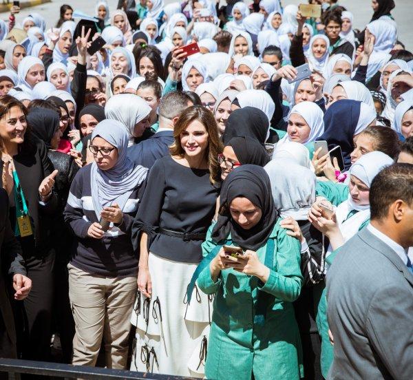 Actualité du 15/04/2018 (La reine visite une école)